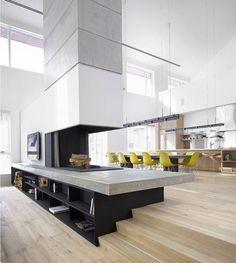Open space (soggiorno, cucina e sala da pranzo) parzialmente separato da un bellissimo camino a focolare aperto con piano in cemento