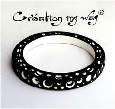 J'avais envie de réaliser un bracelet en polymère remplis de trous avec un effet bicolore noir et blanc...c'est chose faite :o) Après avoir réalisé le bracelet je me suis attelée à la tâche de troutro