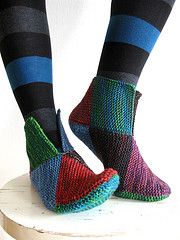 8-square socks (or slippers!) - 8 neliön palatossut pattern by Käspaikka. Knitted with 8 squares which are then joined these slippers have sizes from babe to mens. FREE pattern download and if you have Google Chrome it will translate for you.