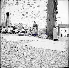 Villanova Monteleone 1935. L'asciugatura del grano, esposto al sole sopra i teli in strada.