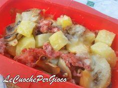 La Teglia Patate Salsiccia funghi e scamorza è un piatto caldo..che scalderà il vostro cuore!