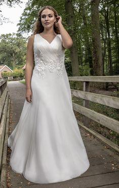 Trouwjurk voor bruid maatje meer. Soepelvallend smalle jurk met plissé top, V-hals en sleepje.