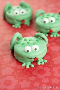 Cute Frog Cookies made out of Oreo cookies! Great for princess birthday party!