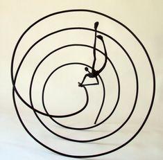 Los bronces de la escultora española Patricia Losada Casanova (Madrid 1968), que originalmente estudió literatura y diseño gráfico, son figuras esbeltas con partes del cuerpo de gran tamaño. Cada escultura parece un dibujo, y cuenta su propia historia que se puede entender sin palabras. Las instantáneas poéticas son de una