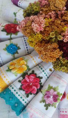 Que linda ideia de kit de panos de prato em crochê. Vale a pena fazer para vender ou para presentear Love Crochet, Crochet Crafts, Arts And Crafts, Wallpaper, Cards, Diy And Crafts, Handmade Crafts, Strawberry Drawing, Appliques