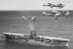 Varios Swordfish sobrevuelan al Ark Royal.