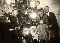 Weihnachten in Bayreuth, 1928 Dillo/Timeline Images #Christmas #Kind #Kerzen #Tannenbaum #Dekoration #Weihnachtsfeier #Heiligabend #ChristmasEve #Familie Timeline Images, Sweet Memories, Christmas Pictures, Vintage Christmas, Xmas, Noel, Christmas 2017, Christmas Eve, Bayreuth