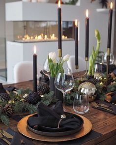 Christmas Dining Table, Christmas Tablescapes, Holiday Tables, Modern Christmas, Gold Christmas, Christmas Home, Thanksgiving Table Settings, Christmas Table Settings, Black Christmas Decorations