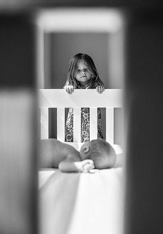 Ideen für Babyfotos mit Geschwistern - ganz besondere Perspektive. Mit Rahmen fotografieren