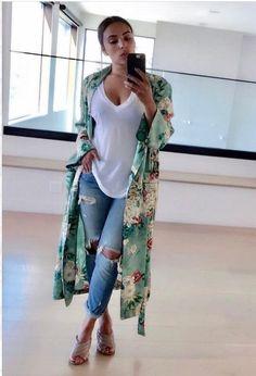 Para usar já: Kimono. Estampa floral verde, blusa branca, calça jeans destroyed, mule nude