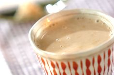 ショウガの豆乳コーヒー甘酒                 材料: 2 人分 ショウガ(せん切り) 1片分 甘酒(ドライ) 1個 豆乳(調整) 200ml コーヒー(インスタント) 小さじ1/2~1 作り方 1 小鍋にショウガと豆乳を入れて弱火にかける。煮たつ直前で火を止め、ザルでこす。 ショウガの豆乳甘酒の作り方1 2 豆乳を再び弱火にかけ、甘酒を入れて溶かす。カップに半量のインスタントコーヒーを入れて甘酒を注ぎ、お好みで分量外のすりおろしショウガを添える。 ショウガの豆乳甘酒の作り方2 このレシピのポイント・コツ ショウガの豆乳甘酒のポイント・コツ1 ショウガの豆乳甘酒のポイント・コツ1 ・<冷凍ショウガの作り方>皮をむいたショウガ50g~100gをせん切りにし、ラップにのせ平らにして包む。金属製のバットの上にのせて急速に凍らし、使うときは必要な分だけポキッと折って凍ったまま使う。