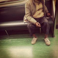 為什麼沒人坐我旁邊? 「泥巴工人伯」拿衛生紙擦椅墊   為什麼沒人坐我旁邊? 「泥巴工人伯」拿衛生紙擦椅墊