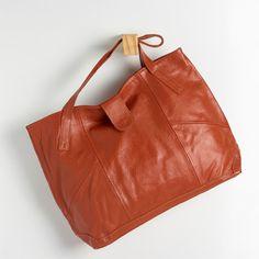 BGC 0134 - Bolsa em couro floatter com recortes laterais e fechamento de ímã. #coloridoviamia