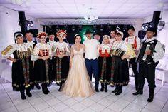 Nádherná nevesta v šatách od Tina Valerdi Bridesmaid Dresses, Wedding Dresses, Salons, Fashion, Lounges, Alon Livne Wedding Dresses, Fashion Styles, Weeding Dresses, Moda