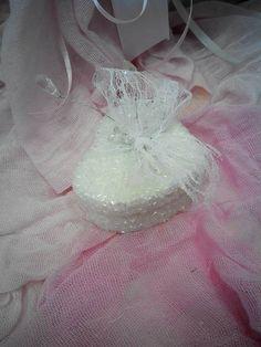 Μπομπονιέρα Γάμου σε σχήμα καρδιάς με δαντελίτσα δεμένη....