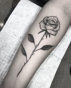 Tatuagem criada por Henry Schneider de São Paulo. Flor no antebraço em blackwork.