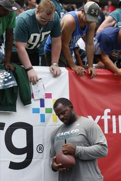 Fletcher Cox signs autographs at Lincoln Financial Field