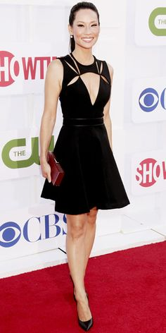 Lucy Liu hit the CBS, Showtime and The CW bash in a cutout J. Mendel cocktail dress that she accessorized with a red box clutch and pointy-toe Casadei wedges. Fashion Videos, 80s Fashion, Star Fashion, Lucy Liu Elementary, Elementary Tv, Jessica Biel, Jessica Chastain, Glamour, Beautiful Asian Women