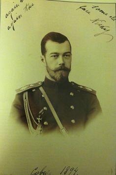"""A fotografia enviada pelo Czarevich Nicholas para sua noiva Princesa Alix de Hesse em 1894. A inscrição diz: """"Mais uma vez a mesma velha cara, Nicky. Coburg 1894."""""""