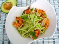 Pasta with avocado sauce and garlic shrimp (Pasta con salsa de aguacate y camarones en ajo)