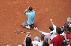 Novak Djokovic vient de commettre une double faute sur la première balle de match obtenue par Rafa. L'Espagnol s'écroule, sous le coup de l'émotion d'un neuvième titre à Roland-Garros.