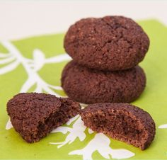Low Carb Schokokekse ohne Zucker Low Carb & Low Fat Baking: biscuits without sugar - baking makes yo Low Calorie Desserts, Low Carb Sweets, Low Carb Recipes, Low Carb Chocolate, Sugar Free Chocolate, Paleo Dessert, Low Carb Low Fat, Law Carb, Low Carb Biscuit