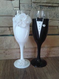 His And Her Glasses Wedding Decorations Ideas Bride And Groom Glasses, Wedding Wine Glasses, Diy Wine Glasses, Decorated Wine Glasses, Wedding Champagne Flutes, Wedding Bottles, Painted Wine Glasses, Champagne Glasses, Wedding Crafts
