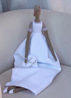 Una Tilda vestida de novia. El vestido está hecho con tela de piqué blanco.