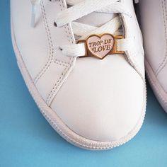 Le nouvel accessoire pour pimper vos plus belles baskets : les lace locks Trop de love ! Répandez lamour à chacun de vos pas. Cest la petite touche en plus qui rendra vos chaussures tellement originales :) Le rose pastel ira autant avec des chaussures claires que foncées. Les possibilités sont infinies, donc amusez-vous ! INFORMATION PRODUIT : • Matériel : métal plaqué or et couleur en émail • Dimension : Convient pour les lacets standards et les plus utilisés (largeur des trous 3mm) •…
