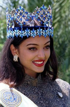 20 years ago, Aishwarya Rai was crowned Miss World on the very same day. Then Aishwarya Rai beat 86 contestants from around the world to win the most coveted beauty pageant. Aishwarya Rai Photo, Actress Aishwarya Rai, Aishwarya Rai Bachchan, Deepika Padukone, Bollywood Actress, Bollywood Fashion, Bollywood Stars, Indian Film Actress, Beautiful Indian Actress