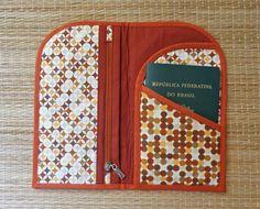 Confeccionado em tecido, forrado . Acabamento em viés . Com espaços para colocar passaporte, passagem, documentos, etc. Medidas fechado = 12 X 20 cm