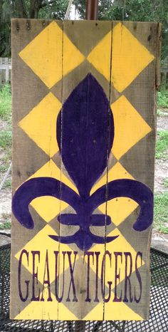 Cute wooden decoration for the house during LSU football season! Louisiana State University, University Of Georgia, Vinyl Projects, Art Projects, Silhouette Sign, Lsu Tigers Football, Pallet Art, Craft Night, Georgia Bulldogs