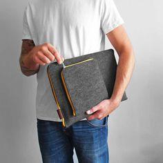 ETUI NA LAPTOPA I ZASILACZ 02 Pokrowiec z filcu na laptopa / tablet z naszytą dodatkową kieszonką na zasilacz.  Ręcznie wykonane etui - koperta zapinana na zamek.  Dopasowujemy pokrowiec pod konkretny wymiar Twojego laptopa lub tableta.  W uwagach do zamówienia prześlij nam wymiary sprzętu, a my dopasujemy etui.  Użyte materiały: filc syntetyczny ciemnoszary melanż, brązowa skóra naturalna.   Kolor zamka do wyboru. #laptop #cover #sleeve #macbooksleeve #laptoptasche