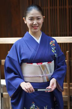 Tsunemomo of Gion Higashi, semi-casual in tsukesage. Geisha, Traditional Art, Traditional Outfits, Japan Hairstyle, Japan Art, Girl Dancing, Japanese Beauty, Yukata, Japanese Kimono