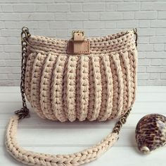 For most ladies, getting a genuine designer handbag is not something to dash straight into. Because these hand bags can certainly Crotchet Bags, Bag Crochet, Crochet Clutch, Crochet Handbags, Crochet Purses, Crochet Slippers, Knitted Bags, Crochet Crafts, Crochet Bag Tutorials