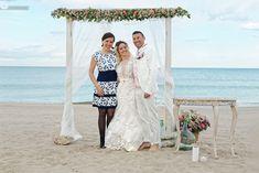 BODAS EVELOPEMENT EN VALENCIA: LAS BODAS MÁS ÍNTIMAS EN LA PLAYA Y OTROS RINCONES.   Las Tres Sillas Lace Wedding, Wedding Dresses, Valencia, Fashion, Wedding Dress Lace, Bridal Gowns, Chairs, Beach, Weddings