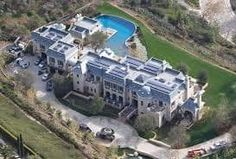 Tom and Gisele's newest $20mln mansion in the Brentwood region in Los Angeles reminds us of an old European architecture. It contains six bedrooms, which are built of limestone and have a traditional mansard roof of Vermont gray slate. It even has its own swimming pool inside.
