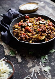 Chili végétarien, quinoa & crème sure au chipotle, by 3 fois par jour Y Food, Real Food Recipes, Snack Recipes, Food Porn, Quinoa Salad Recipes, Vegetarian Recipes, Healthy Recipes, Confort Food, Greens Recipe