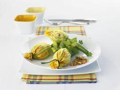 Zucchiniblüten mit Reis gefüllt ist ein Rezept mit frischen Zutaten aus der Kategorie Blütengemüse. Probieren Sie dieses und weitere Rezepte von EAT SMARTER!
