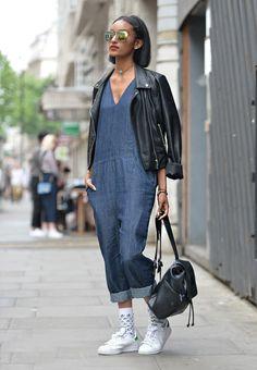 Street style look de como usar macacão no inverno com jaqueta de couro