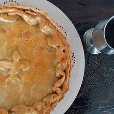 O inverno está chegando. Que tal para acompanhar nossa Torta Medieval com uma taça de vinho? #pie #torta #tortamedieval #medievalpie #groundbeef #blackbeer #pumpkin @donamanteiga #donamanteiga #danusapenna #gastronomia #food #dessert #pie www.donamanteiga.com.br