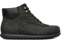 Regarder un ballon et y voir des chaussures : c'est signé Camper. Avec le lancement des « Pelotas » en 1995, la marque mène rondement sa révolution dans l'univers de la chaussure.