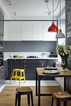 Sötétszürke és fehér konyhabútor, szürke-fehér konyha hátfal