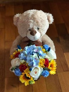 Aranjament din flori de matase si ursulet de plus
