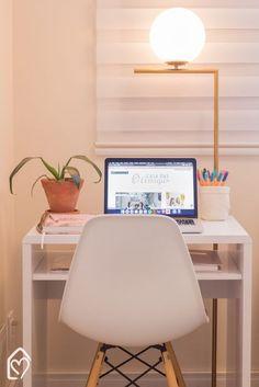 Não sabe por onde começar e fica se perguntando como montar um home office? Confira essas 5 dicas! Trabalhar em casa usando somente o computador é uma realidade para muitos de nós e uma das grandes vantagens é que a gente pode decorar o home office com a nossa cara... #homeoffice #homeofficedesign #homeofficeideas #homeofficefeminino Bedroom Office, Dream Bedroom, Office Desk, Bedroom Decor, Mesa Home Office, Home Office Decor, Home Decor, Mini Office, Minis