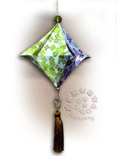 """Mobile com a """"Lanterninha Japonesa"""" (de Flaviane Koti), dobrada com papel de impressora comum impresso com a Estampa """"Hortênsias e Papoulas de Praia"""" , ESTAMPA """"Hortensias e Papoulas"""", inspirada no Livro """"Origami em Flor"""" de Flaviane Koti e Vera Young"""