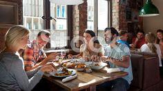 Genießen Sie ein Essen mit Freunden – lizenzfreie Stock-Fotografie