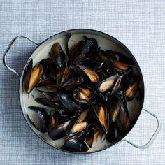 Mosselen in bier, uit het kookboek 'Too good to share' van Sam Stern. Kijk voor de bereidingswijze op okokorecepten.nl. Shrimp Dishes, Mussels, Eggplant, Barbecue, Tasty, Fish, Vegetables, Snail, Asparagus