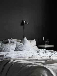 Moody bedroom with dark walls Home Bedroom, Modern Bedroom, Master Bedroom, Bedroom Decor, Nordic Bedroom, Bedroom Wall, Master Suite, Bedroom Furniture, Furniture Ideas