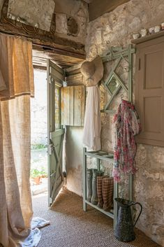 Country Life, Country Decor, Country Living, Country Charm, Curtain Trim, Small Galley Kitchens, Victoria Magazine, Bungalow Homes, French Countryside